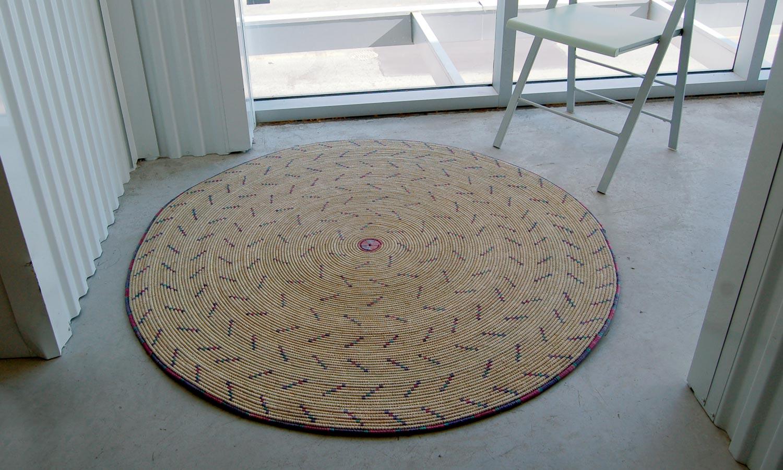 Round Natural Fiber Accent Rug: Confetti Pattern