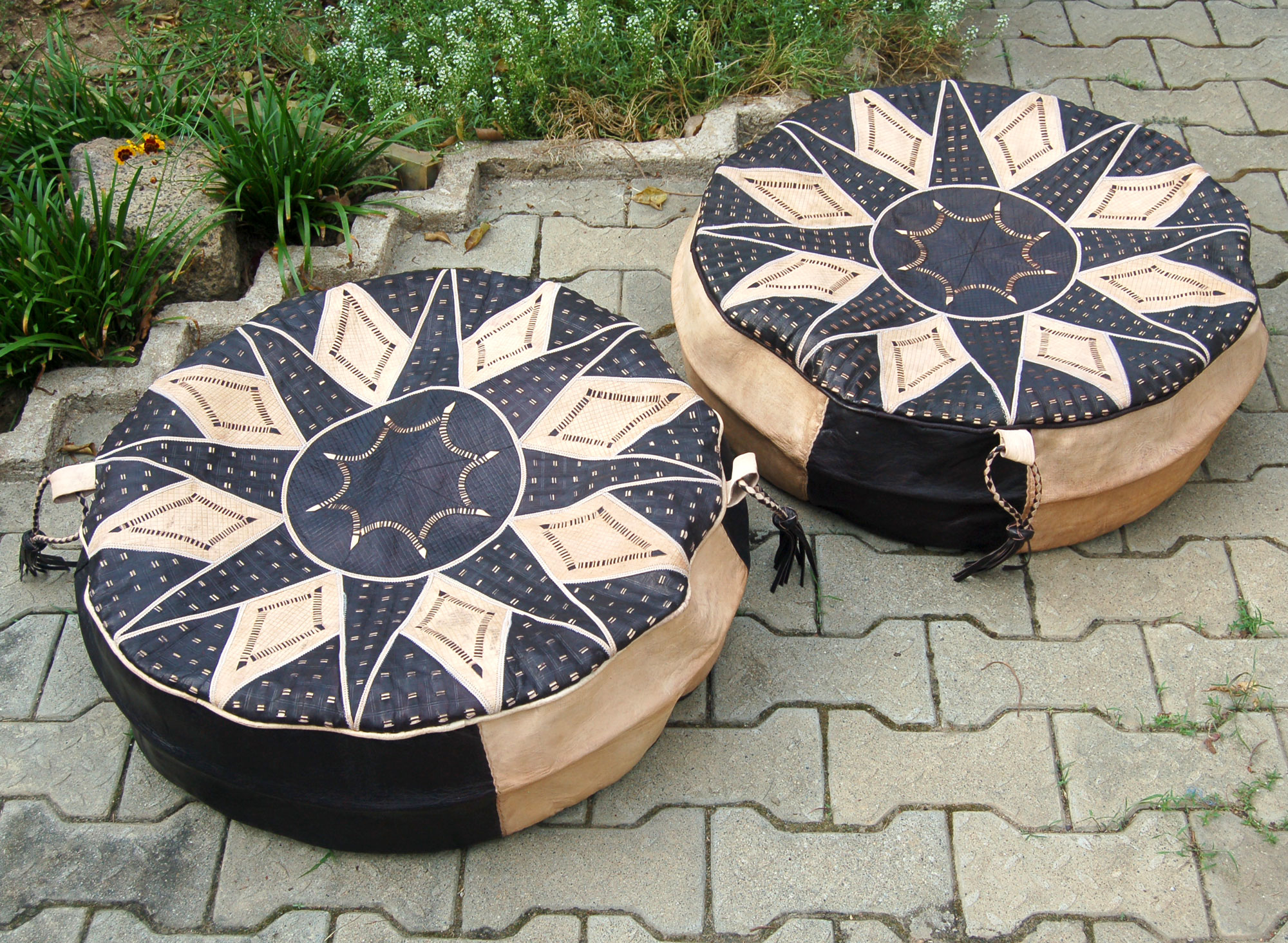 Bello (set of 2 round leather poufs)